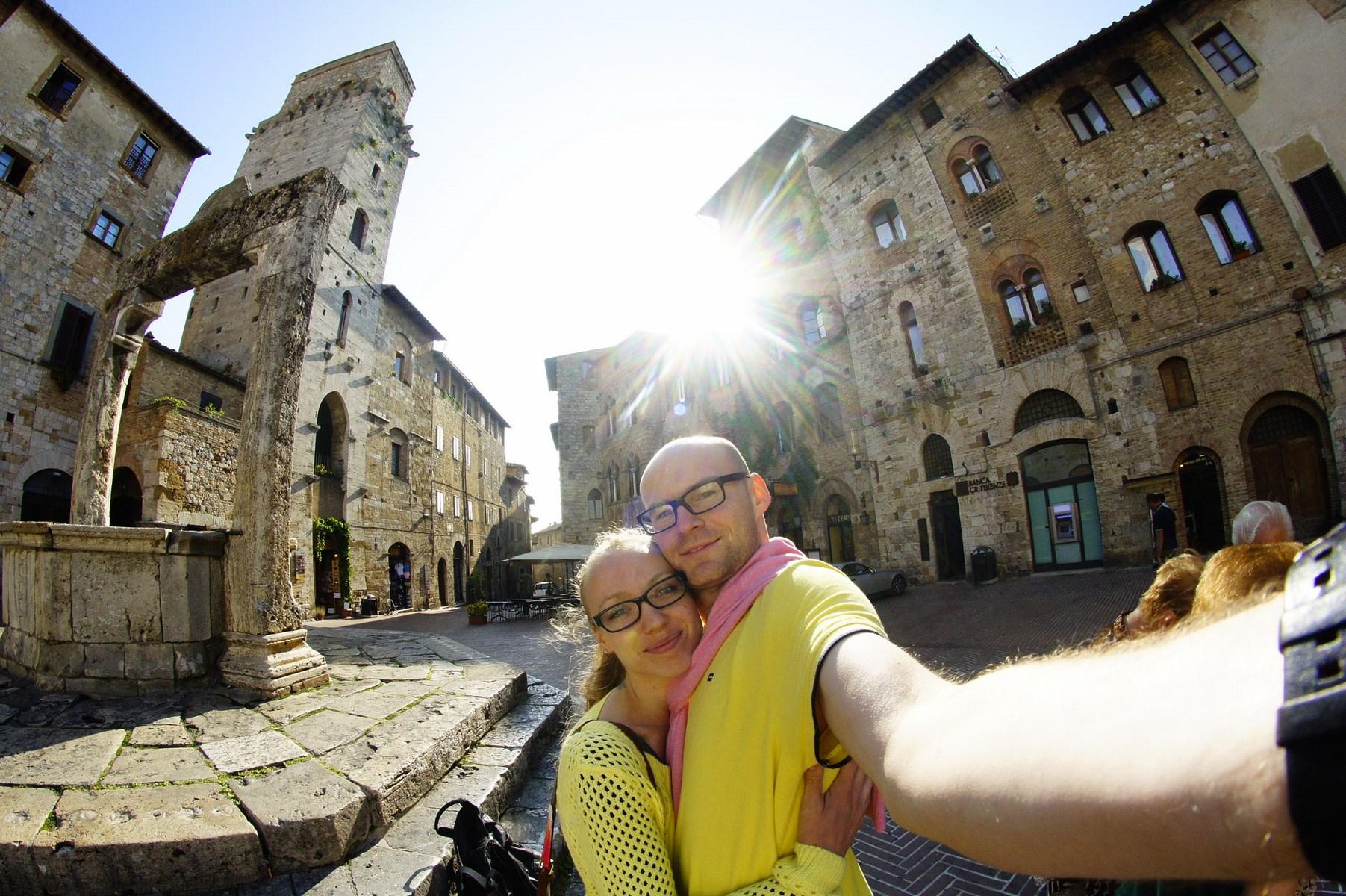 Piazza della Cisterna w San Gimignano