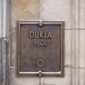 Dukla 1944 - tablica z urna pamiątkową, Praga