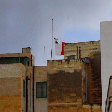 Opuszczona flaga w Wielki Piątek