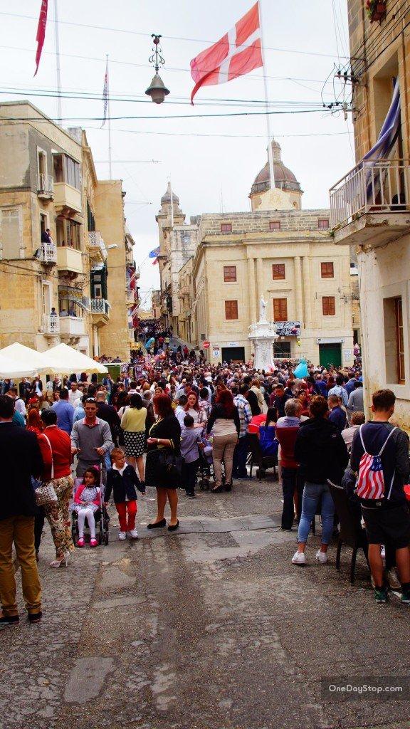 Tłumy i gwar - ot co pojawia się na wybranych uliczkach Vittoriosy