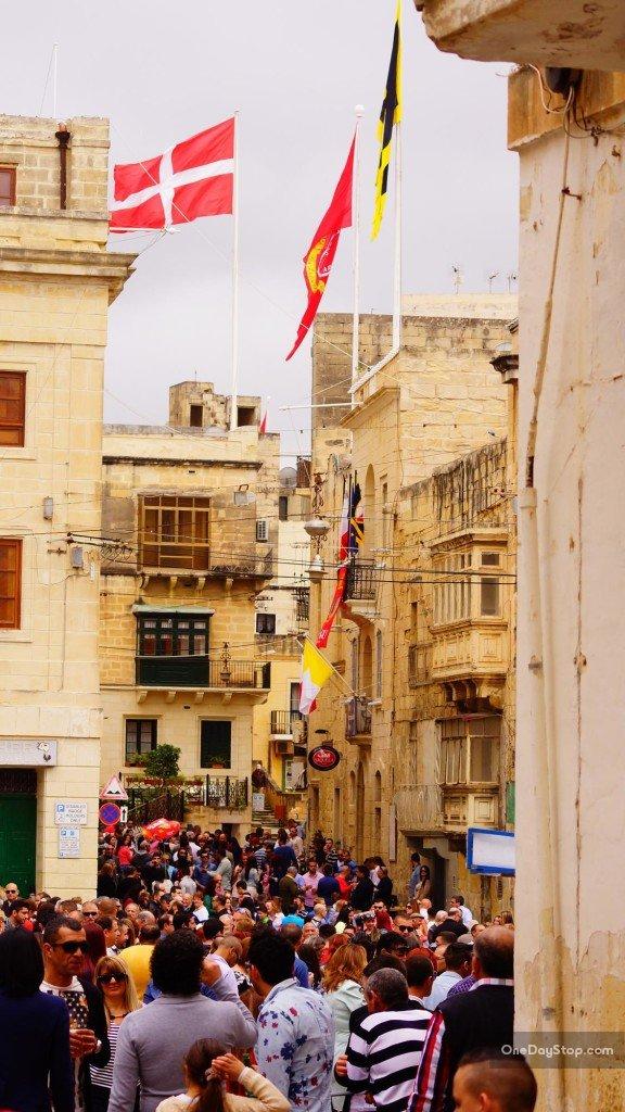 Zatłoczone uliczki Vittoriosy