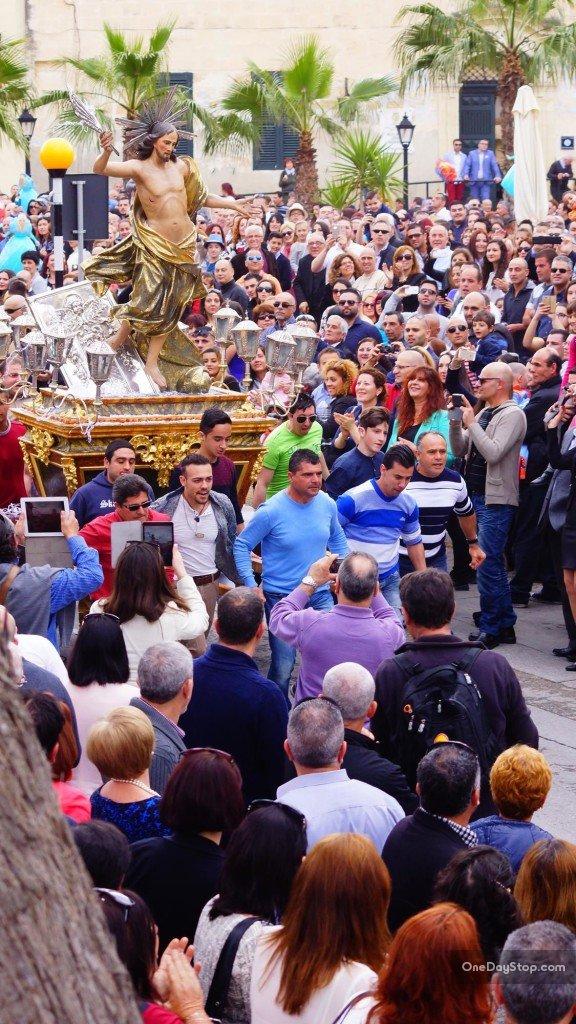 Słynny bieg z rzeźbą Jezusa ulicami Vittoriosy
