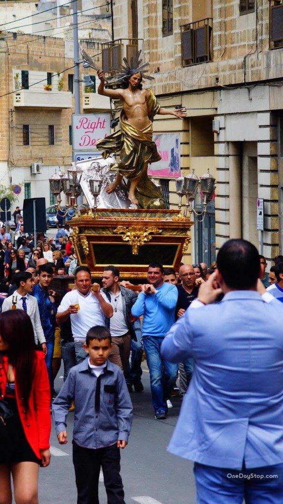 Przygotowanie do kolejnego biegu z rzeźbą Jezusa ulicami Vittoriosy