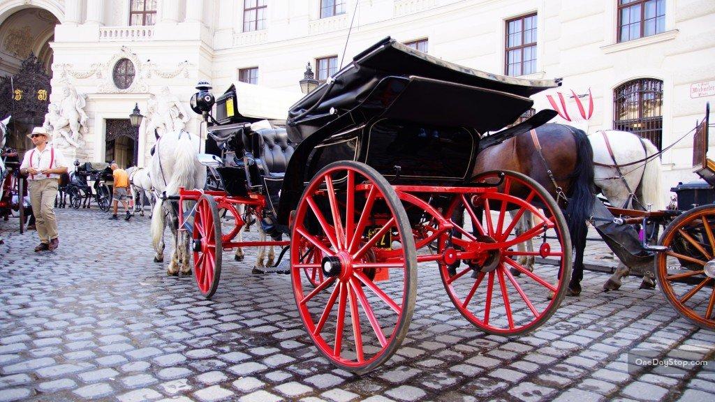 Michaeler-platz z dorożkami, Wiedeń (Vienna)