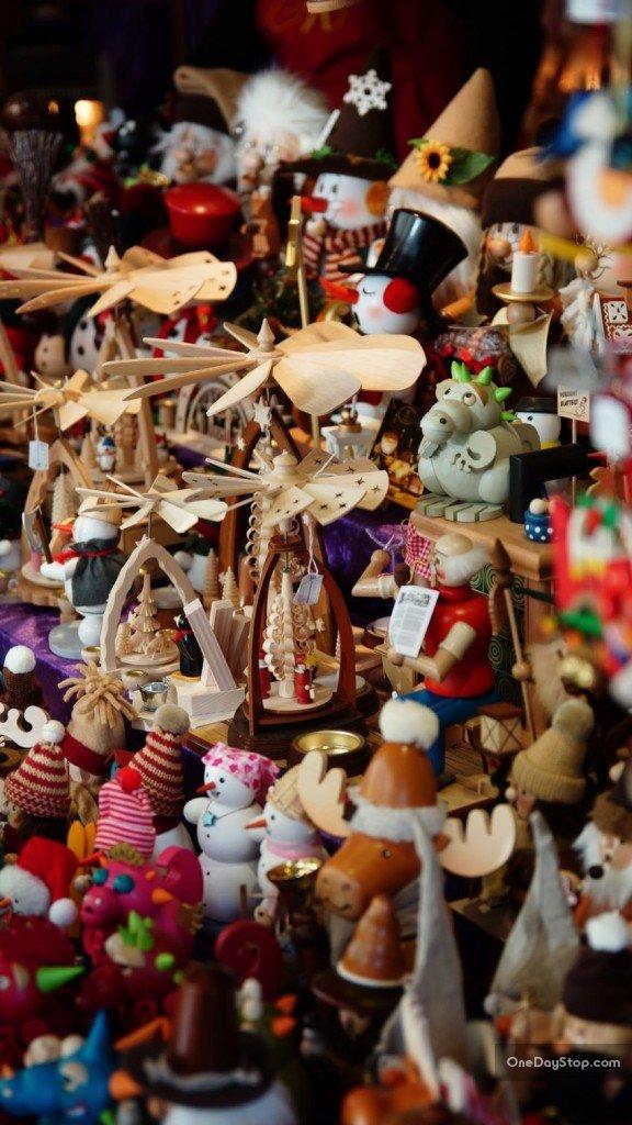 Pajacyki i zabawki na jarmarku w Dreźnie