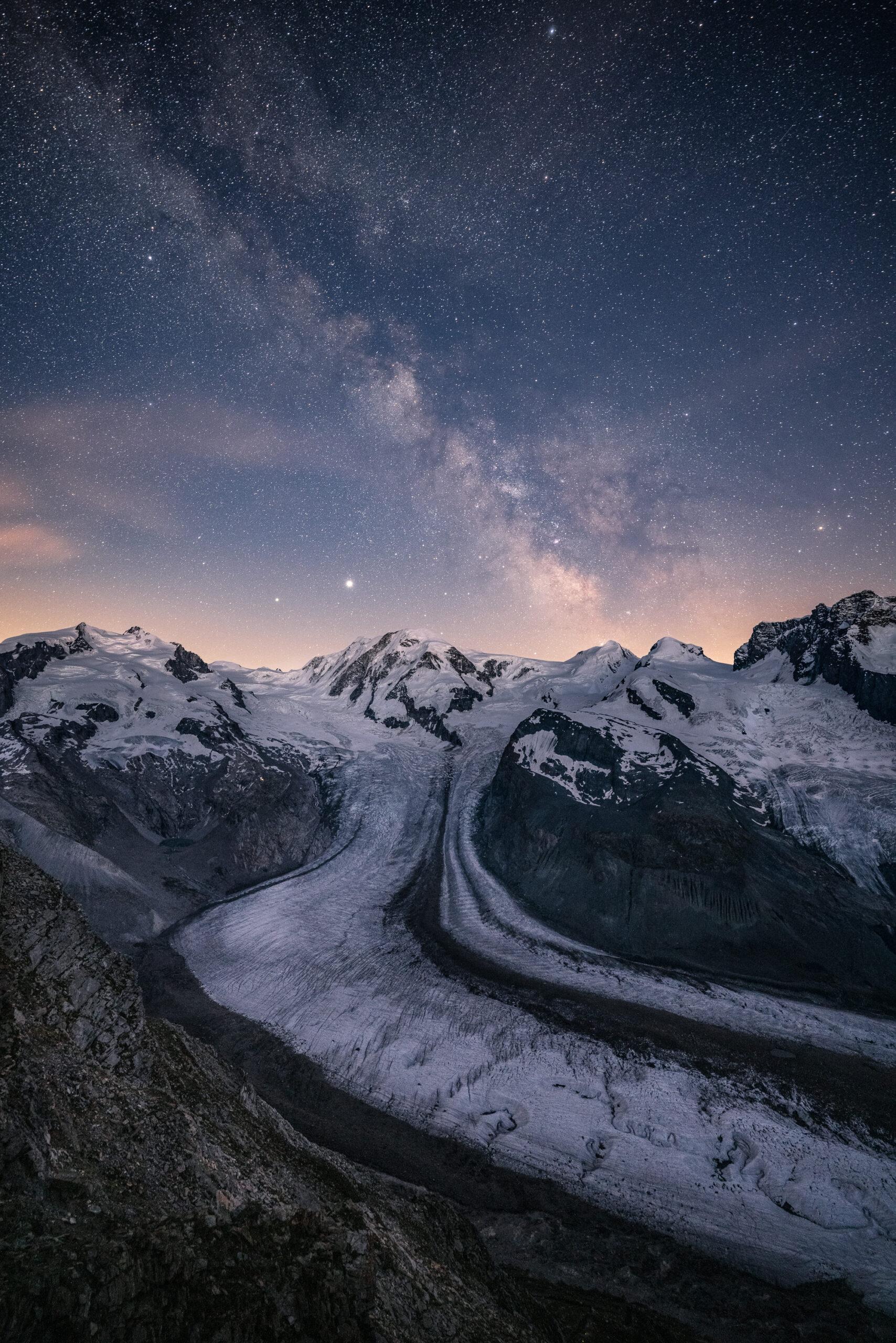 lodowiec Gornergletshcer nocą - widok na Monterosę i Lyksamm i drogę mleczną - astrofotografia krajobrazowa