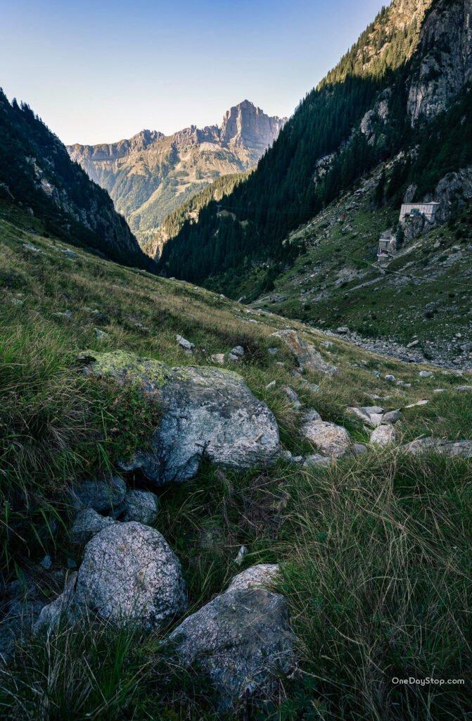 Dolina w okolicy górnej stacji kolejki i wiok na Alpy Szwajcarskie