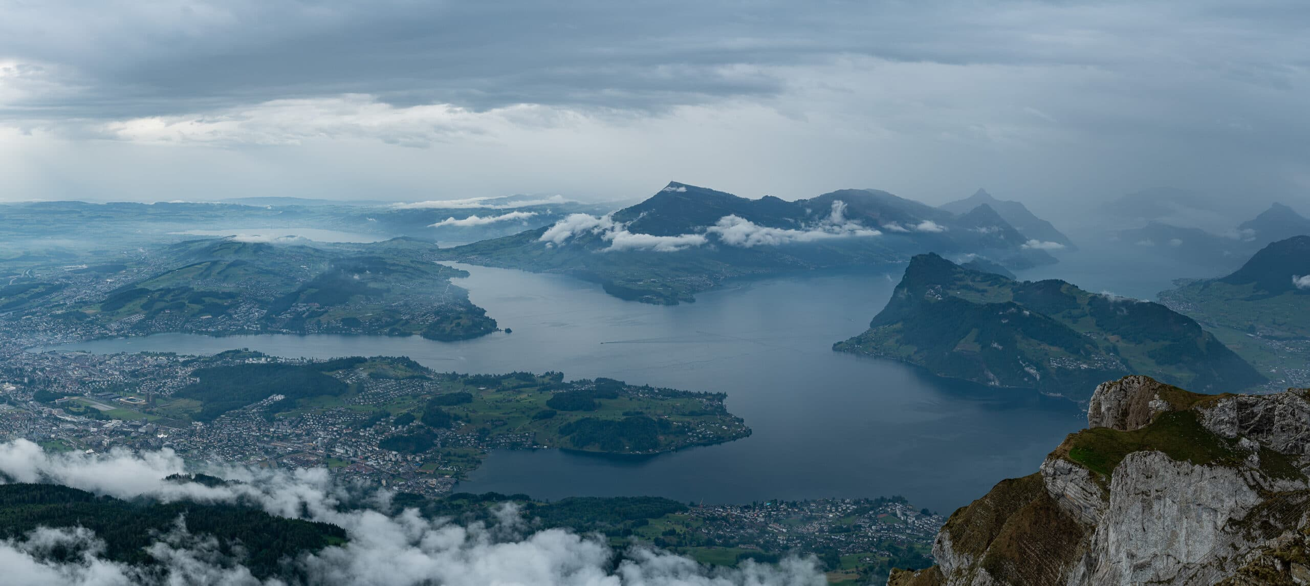 Panorama z Pilatusa na jezioro Czterech Kantonów i Rigi